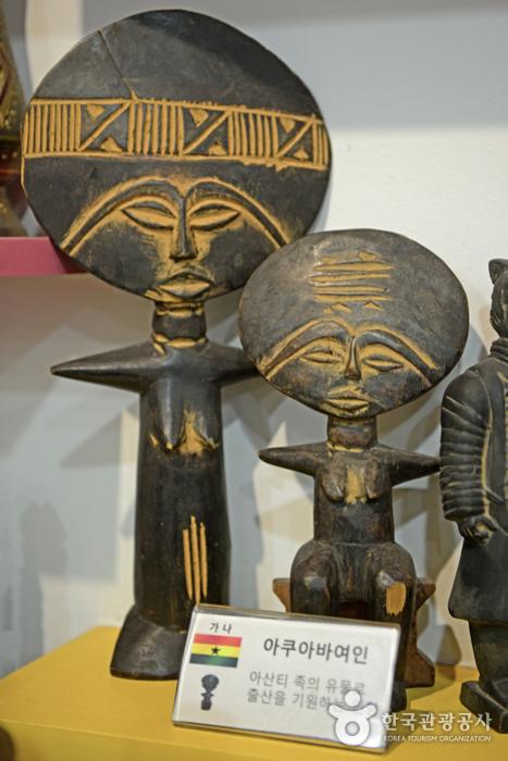 안산시세계문화체험관에 전시된 가나 전통 인형 아쿠아바