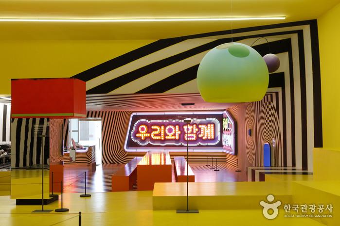 토비아스 레베르거의 설치 작품이 인테리어나 다름없는 부산현대미술관 카페