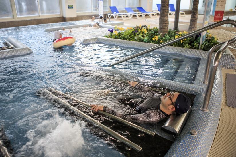 스파월드 수 치료 시설인 침탕에서 온천욕을 하는 모습