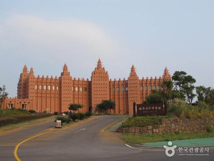 젠네대사원을 그대로 재현한 아프리카 박물관 외관