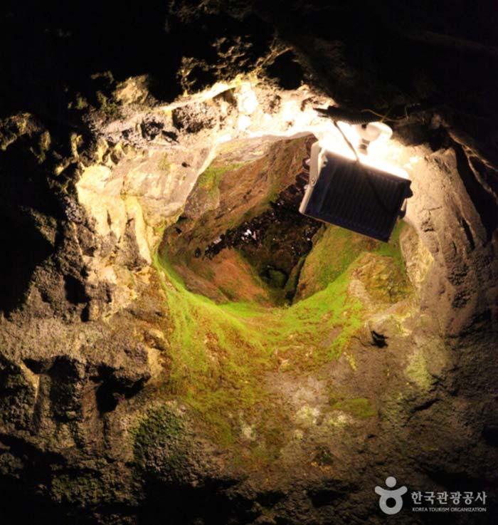 자수정 정동 안에 보랏빛 자수정 원석이 보인다.