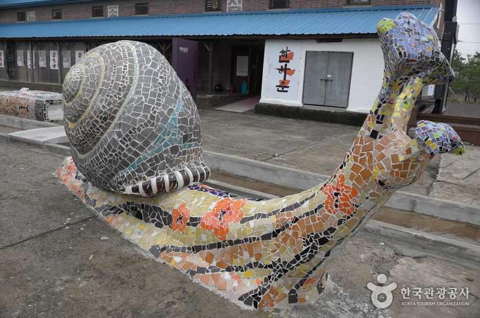 삼례문화예술촌 마당에 놓인 조각품