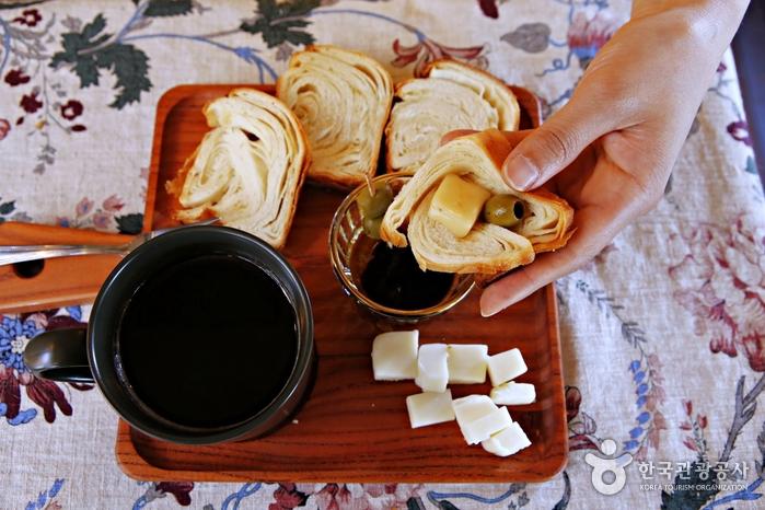 생치즈를 커피에 담갔다가 빵 위에 올려 먹는 '카페 콘꿰소'. 치즈가 녹은 커피는 풍미가 더욱 깊다.