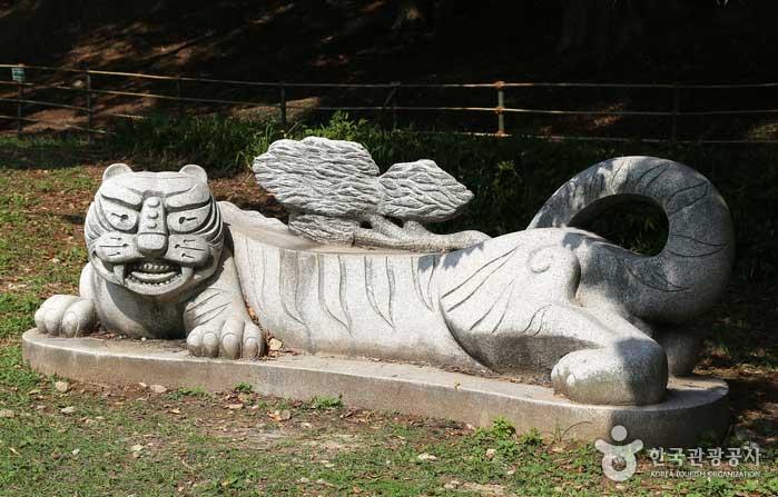 호랑이 조각상