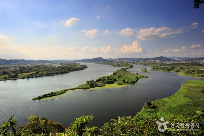 낙동강과 금호강이 만나는 풍경이 아름다운 화원동산 전망대