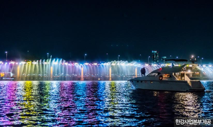 여름밤 한강을 수놓은 '레인보우브릿지 요트페스티벌' <사진제공 : 한강사업본부 >