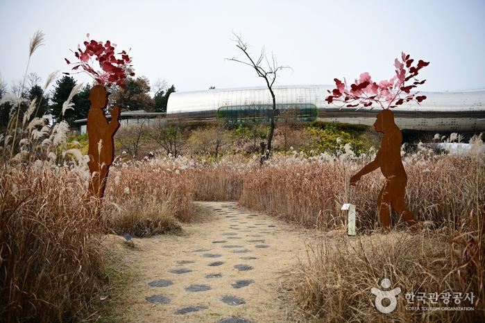 '원시인 루시 현대인을 만나다' 조형물과 전곡선사박물관이 어우러진 풍경