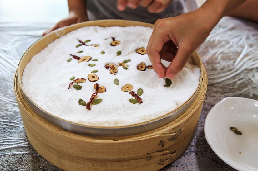 떡케이크에 대추와 해바라기 씨로 꽃 모양을 만든다.