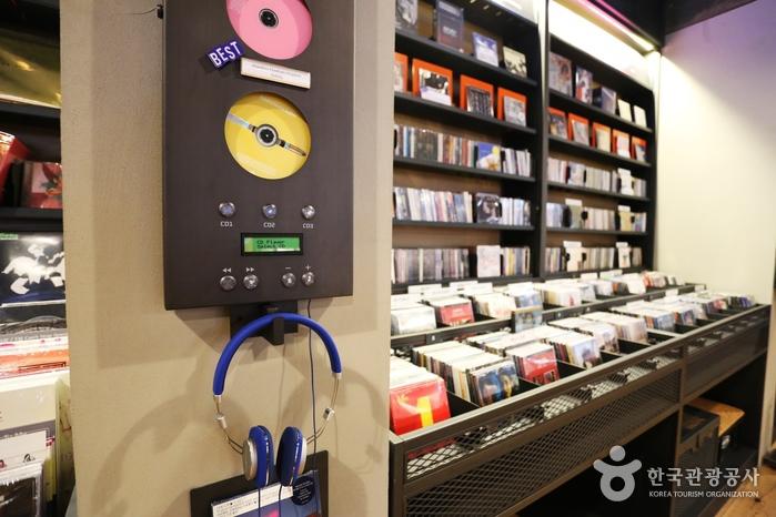 LP와 CD, 카세트테이프 같은 아날로그 사운드로 가득한 '바이닐앤플라스틱'