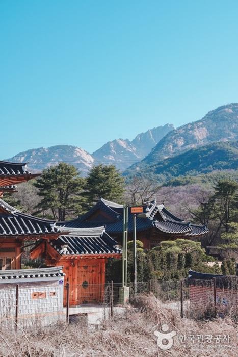 한옥과 북한산의 조화가 아름답다.