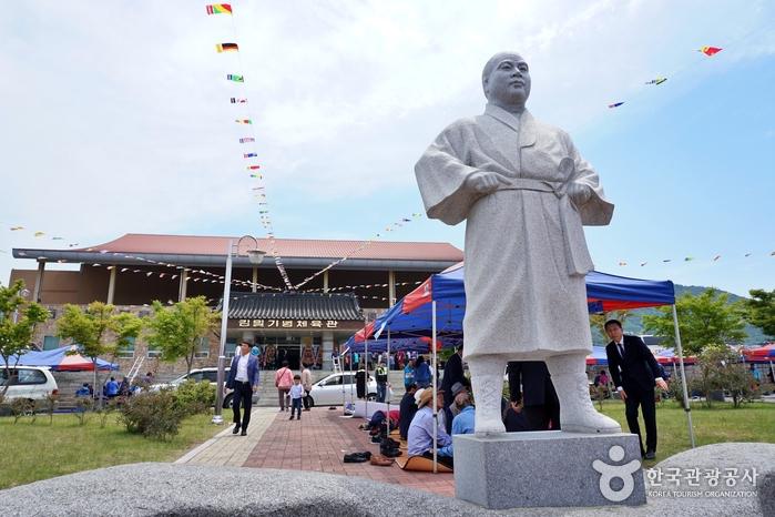 '박치기 왕' 김일 석상 뒤로 김일기념체육관이 보인다.