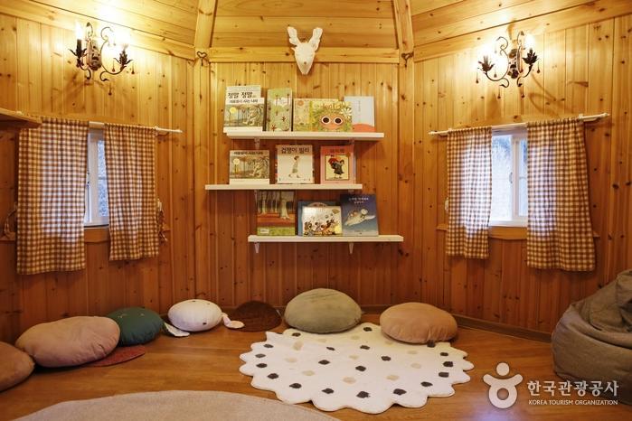 숲속 오두막에 마련된 그림책 도서관