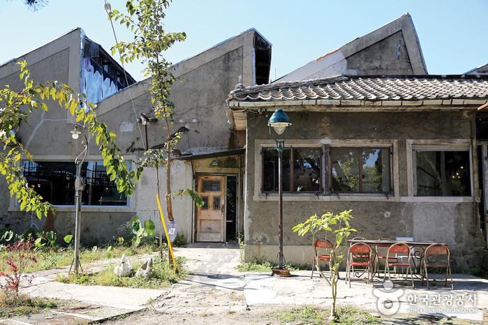 뾰족뾰족 옛 공장의 외관을 그대로 살린 건물 자체가 볼거리다.