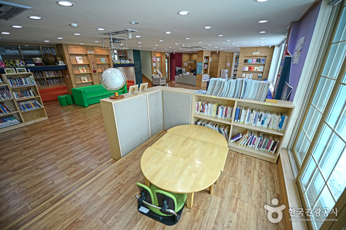 도서관이 넓어 편하게 책을 읽을 수 있다.